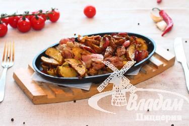 Сковорода со свинины с копченостями и картофелем