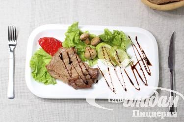 Стейк со свинины с овощами гриль