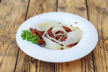 Паста с телятиной и вялеными томатами