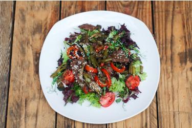 Салат с телятины на гриле с овощами