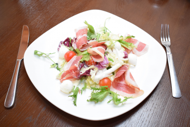 Салат с прошутто