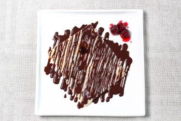 Блинчик с вишней в шоколадом соусе